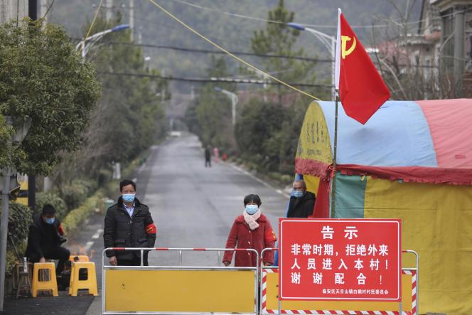 Point de contrôle d'un village de l'agglomération de Hangzhou, dans la province chinoise du Zhejiang, le 3février2020.