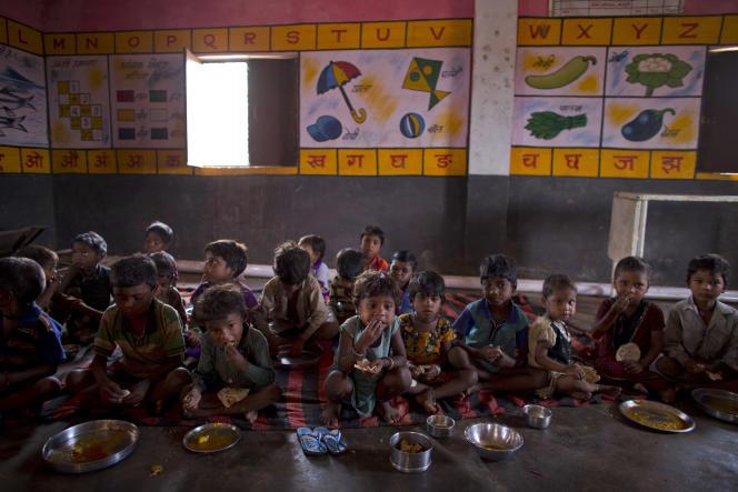 Repas d'écoliers dans une école de Madkheda, dans l'Etat de Madhya Pradesh en Inde, en 2015.