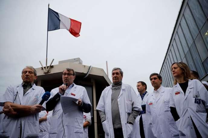 Une vingtaine de médecins chefs de service à l'hôpital Saint-Louis, à Paris, ont démissionné de leurs fonctions, lundi 3 février.