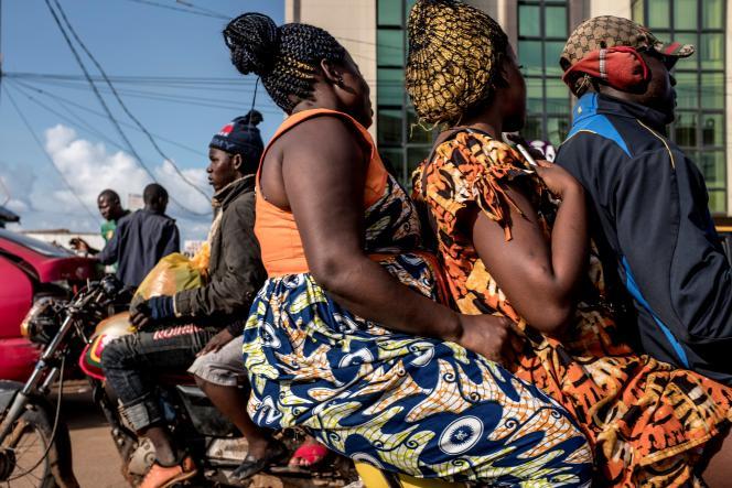 Des motos-taxis à Yaoundé au Cameroun, en octobre 2018.