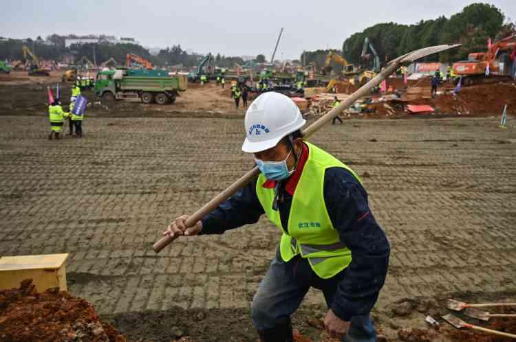 La construction a nécessité une équipe de sept mille ouvriers: charpentiers, plombiers, électriciens…, selon l'agence officielle Chine nouvelle.