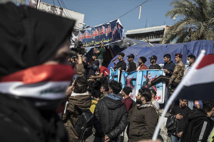 Manifestation contre le premier ministre, Mohammed Taoufiq Allaoui, place Tahrir,à Bagdad, dimanche 2 février.