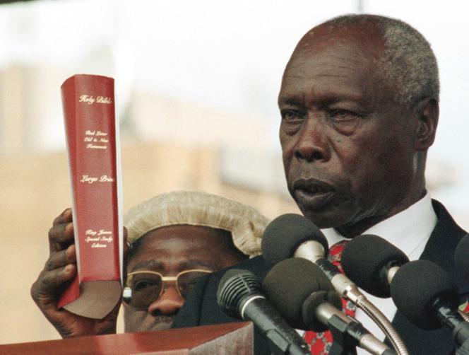 Daniel arap Moi lors de sa réélection à la tête du pouvoir kényan, en janvier 1998 à Nairobi.