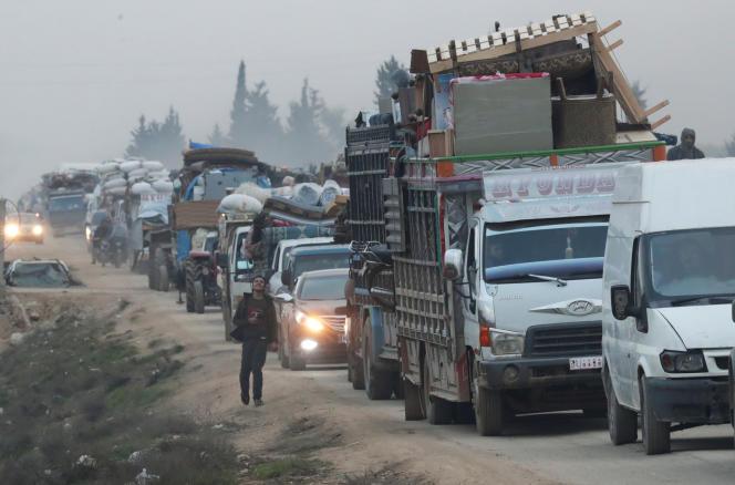 Des camions transportent les affaires de Syriens déplacés,dans la ville de Sarmada, dans la province d'Idlib, le 28 janvier2020.