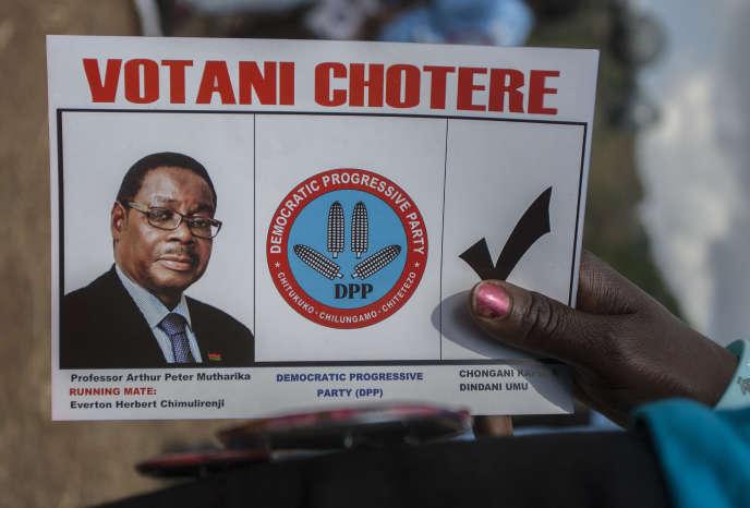 Un bulletin de vote factice appelant à voter Peter Mutharika lors de l'élection présidentielle malawite, à Blantyre, le 18mai 2019.