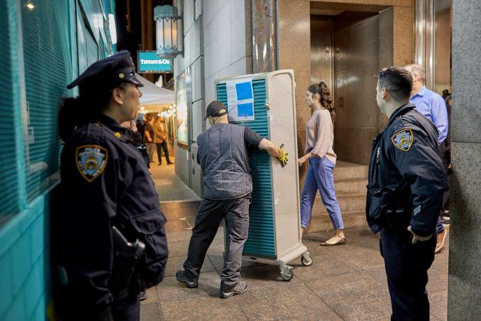 Déplacement sous surveillance de bijoux de la boutique Tiffany's de la 5e avenue à New York, le 12 janvier.