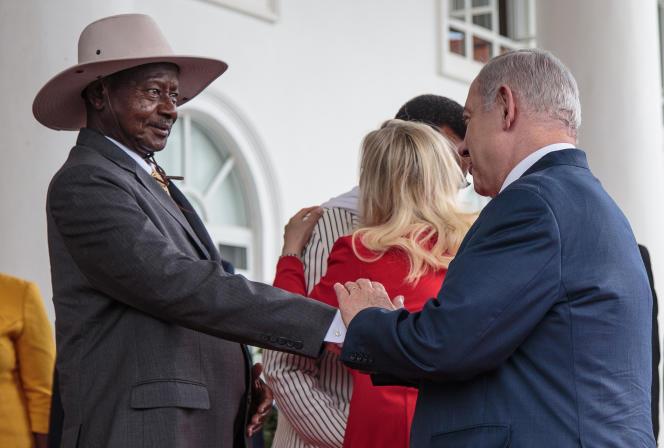Le président ougandais, Yoweri Museveni, reçoit le premier ministre israélien, Benjamin Netanyahou, à Entebbe, le 3février 2020.