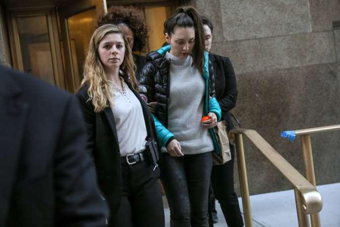 La plaignante Jessica Mann quitte le tribunal de Manhattan lors du procès d'Harvey Weinstein, à New York, le 3 février.
