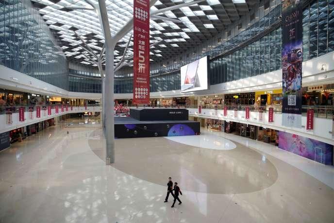 Dans un centre commercial déserté, à Pékin, samedi 1er février.