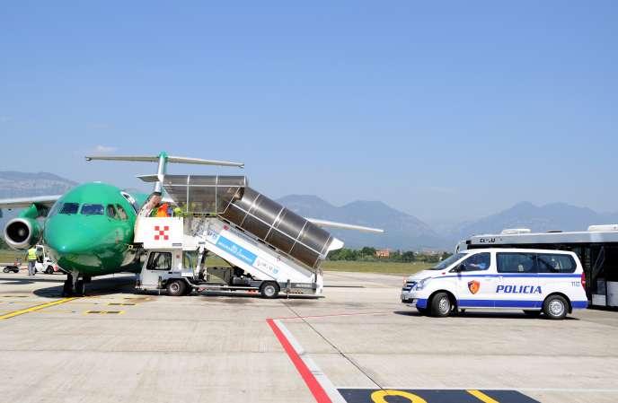 Des Albanais dont les demandes d'asile ont été refusées en France sont rapatriés par avion à l'aéroport de Tirana, en juillet 2017.