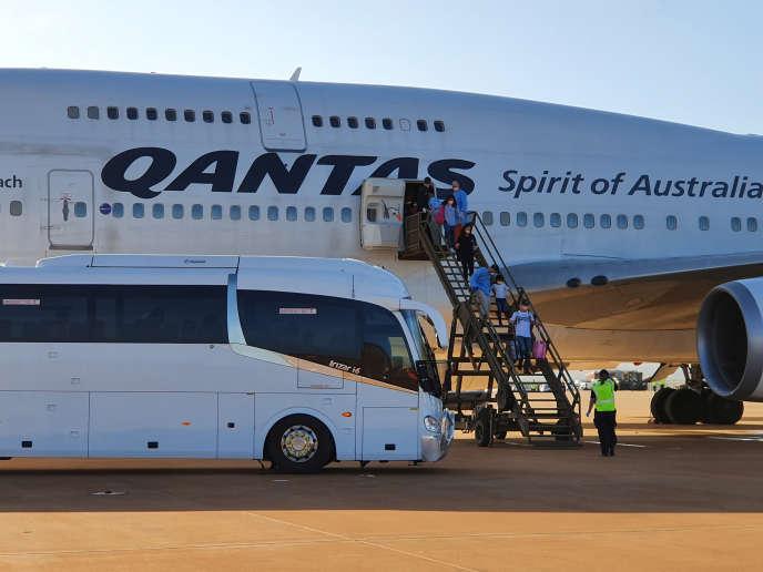 Des Australiens évacués de Chine à leur arrivée sur l'île australienne de Christmas, lundi 3 février.
