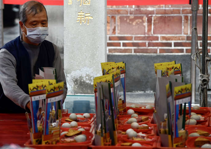 Un fidèle prie dans un temple, à Taipei, mardi 4 février.