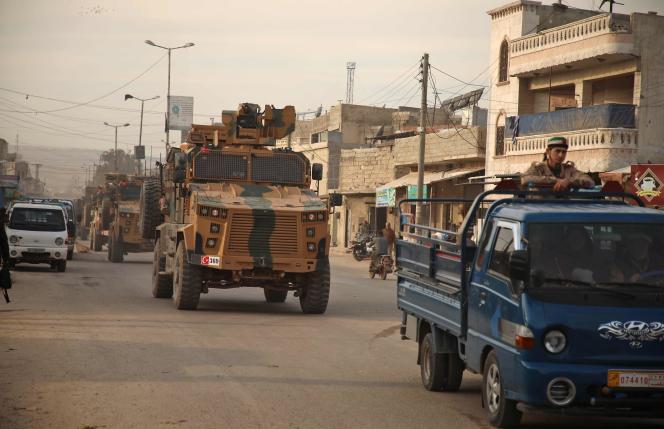 Un convoi de l'armée turque traverse la ville d'Atareb en se dirigeant vers le sud de la province d'Idlib (Syrie), le 3 février.