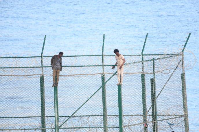 Deux migrants tentent de s'introduire de force sur le territoire espagnol de Ceuta, le 30 août 2019.