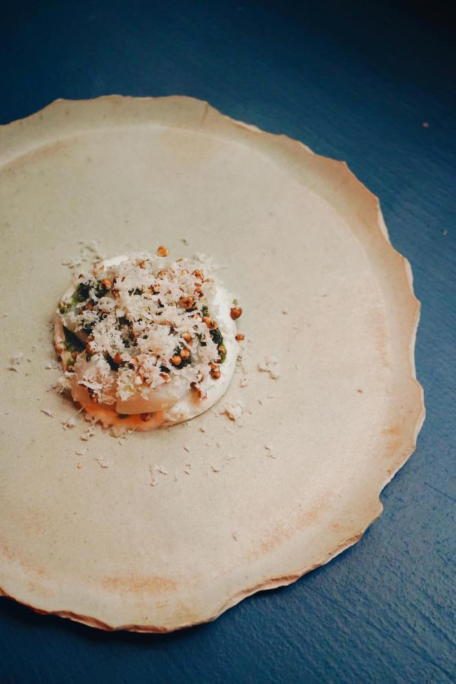 Saint-jacques, crème crue, ciboulette brûlée, raifort.