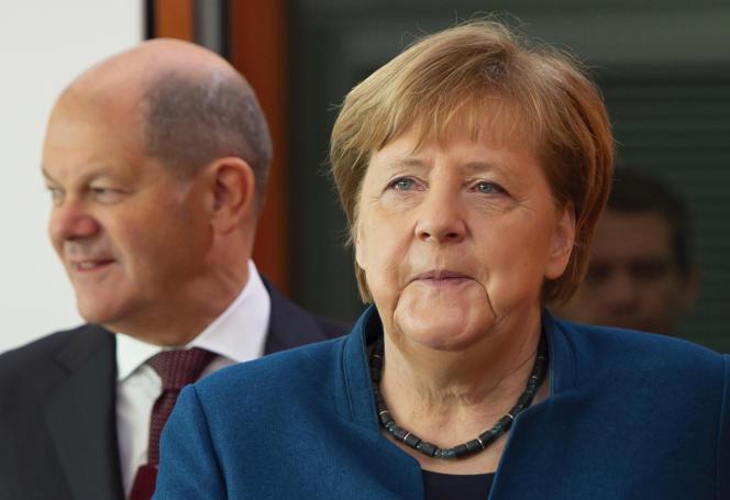 La chancelière allemande, Angela Merkel, arrive aux côtés du vice-chancelier et ministre des finances, Olaf Scholz, à gauche, pour la réunion hebdomadaire du cabinet du gouvernement allemand à la chancellerie, à Berlin, Allemagne, mercredi5février2020.