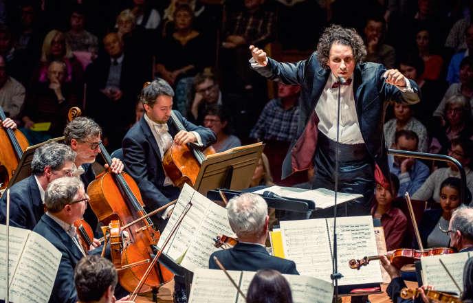 Alexandre Bloch et l'ONL (ici, en 2016 lors de son tout premier concert à la tête de l'ONL) a lui-même vécu à Londres et à Manchesterplusieurs années.
