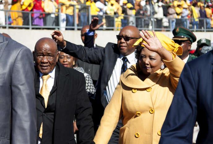 Le premier ministre du Lesotho, Thomas Thabane (à gauche), accompagné de son épouse, Maesaiah Thabane, à Maseru, le 16juin 2017.