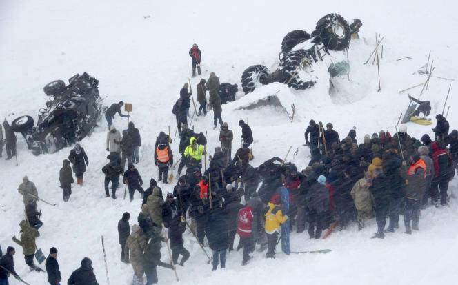 La deuxième avalanche a notamment retourné des véhicules de secours, mercredi 5 février àBahçesaray, en Turquie.