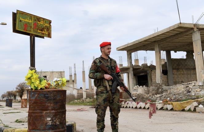 Un soldat de l'armée syrienne à Tall Sultan, devant un panneau indiquant la direction de la ville deSaraqeb, dans la province d'Idlib, le 5 février.