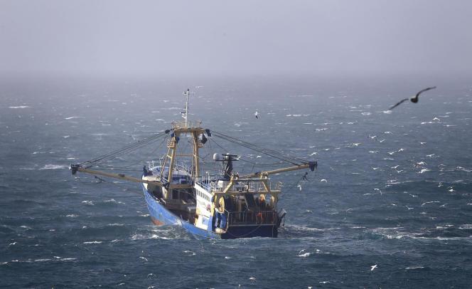 Un bateau de pêche sur les eaux de la Manche, près des côtes britanniques, le 1er février.