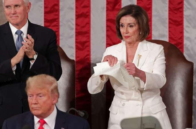 La présidente de la Chambre des représentants Nancy Pelosi (D-CA) déchire le discours du président américain, Donald Trump, après son discours sur l'état de l'Union lors d'une session conjointe du Congrès américain à la Chambre du Capitole à Washington, Etats-Unis, le 4 février 2020.