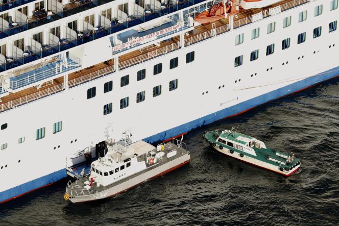 Les passagers contaminés ont été débarqués du bateau de croisière« Diamond-Princess» dans le port de Yokohama, au Japon, pour être hospitalisés, mercredi5février.