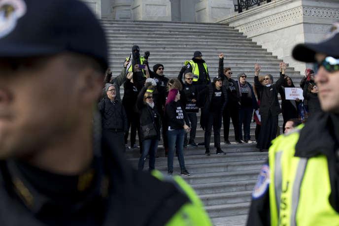 Manifestation contre Donald Trump pendant son procès en destitution, à Washington, le 29 janvier.