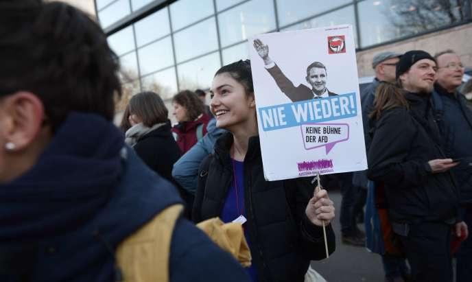 Des manifestants devant le Parlement de Thuringe, le 5 février, avec une bannière représentant le politicien d'extrême droite Björn Höcke, homme fort de l'AfD dans la région, et disant «Plus jamais» après l'alliance entre la CDU et l'extrême droite.