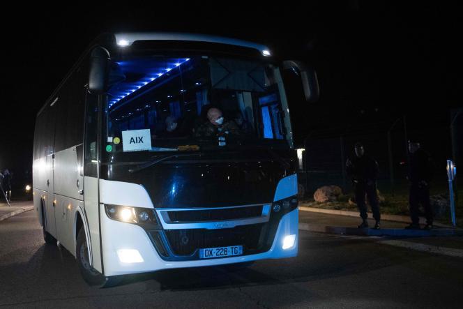 Un bus transportant des ressortissants français rapatriés de Chine, à Aix-en-Provence (Bouches-du-Rhône), le 2 février.