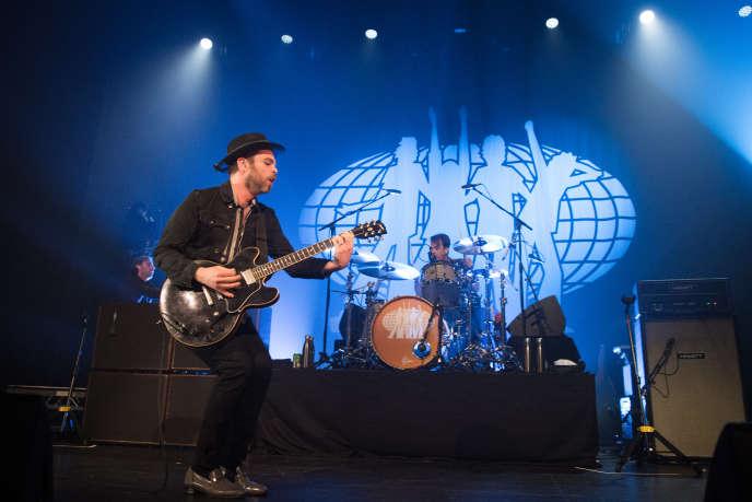 Gaz Coombes du groupe Supergrass, sur scène au Casino de Paris, le 4 février.