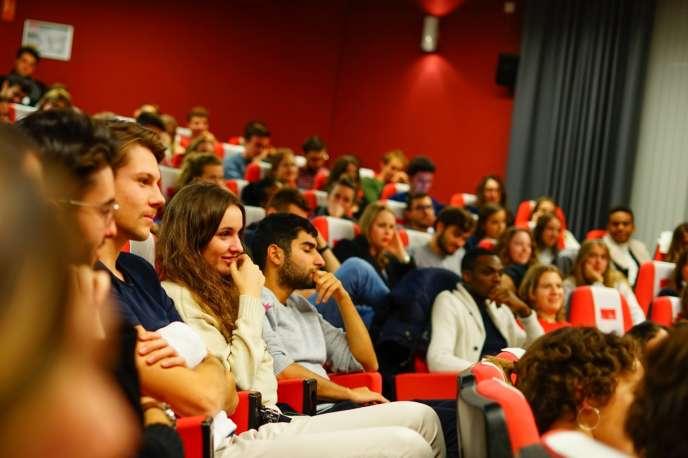 Le public de la finale du concours d'éloquence féministe, à l'EM Lyon