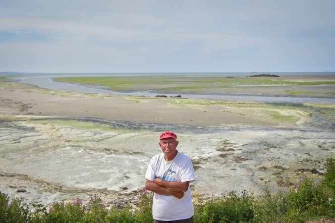 André Ollivro, fondateur de l'association Halte aux marées vertes dans la baie de Saint-Brieux à Hillion (Côtes-d'Armor) le 10 juillet 2019.