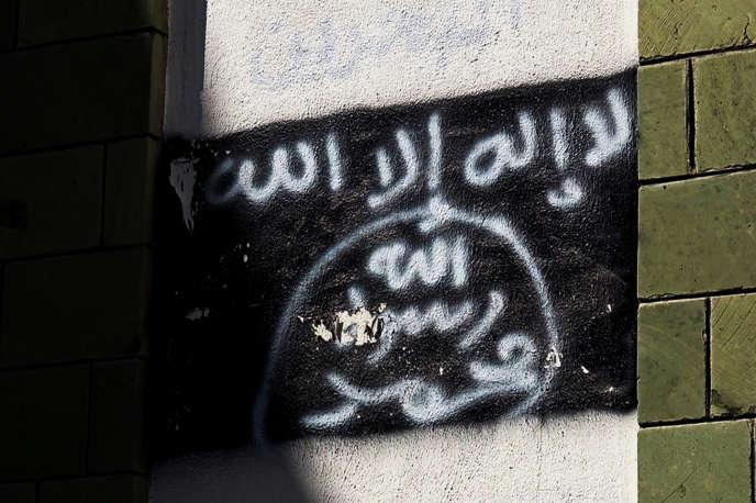 Le drapeau d'Al-Qaida dans la péninsule arabique, tagué sur un mur dans la ville de Taïz, dans le sud-ouest du Yémen.
