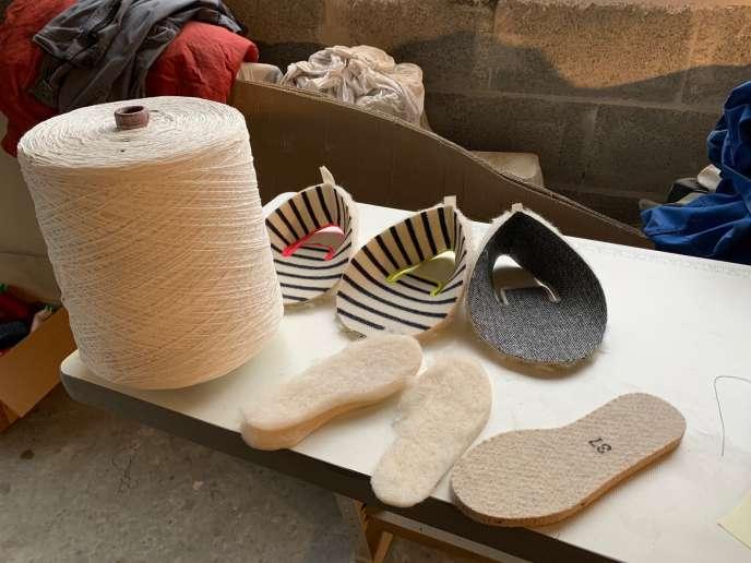 En Charente, les rebuts de feutre utilisés dans la fabrication des charentaises venaient des usines à papier locales.