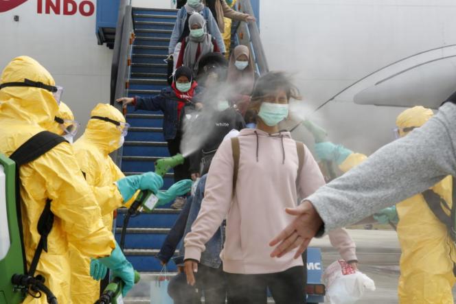 Arrivée de passagers en provenance de Wuhan, avant leur transfert en quarantaine sur une base militairedesÎles Natuna, à l'aéroport deBatam, en Indonésie, le 2 février.
