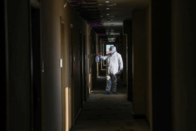 Un agent de santé désinfecte un hôtel converti en zone de quarantaine à Wuhan, en Chine, le 3février 2020.