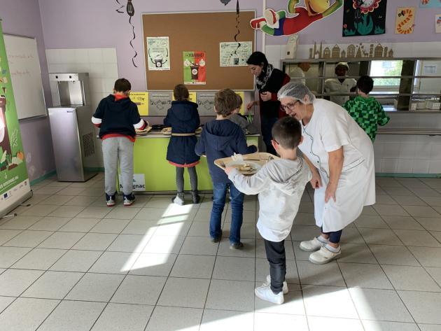 Sensibilisé au tri des déchets par la structure bordelaise Les Détritivores, le personnel de la cantine de l'école primaire de Bourran, à Mérignac (Gironde), accompagne les élèves et leur explique ce que leurs déchets organiques vont devenir.