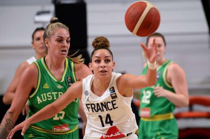 La Française Bria Hartley devance l'AustralienneCayla George, lors du premier match du tournoi de qualification olympique remporté par les Bleues à Bourges, jeudi 6février.