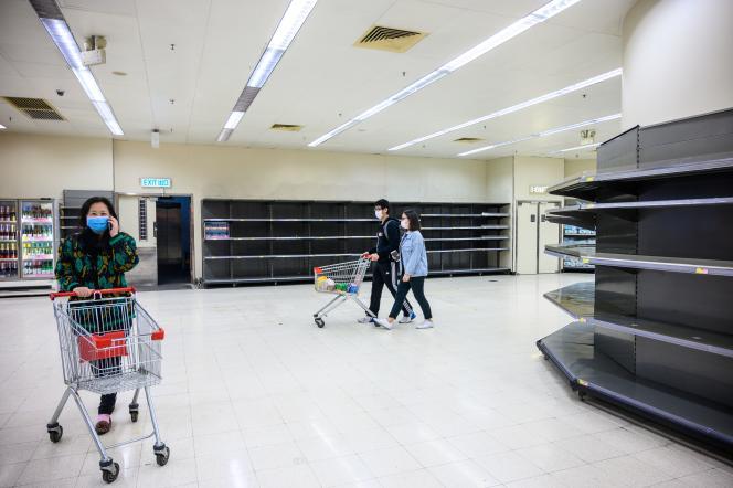 A Hongkong, dans un rayon proposant généralement du papier toilette et de l'essuie-tout, le 6 février. Des rumeurs évoquant une pénurie liée à l'épidémie ont provoqué la panique, incitant les Hongkongais à se précipiter sur ces articles.