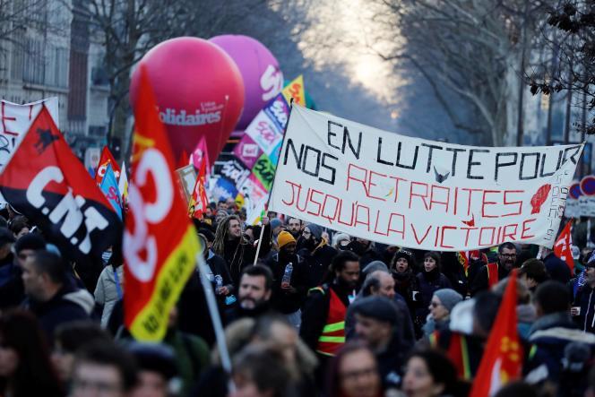Des manifestants tiennent une banderole sur laquelle on peut lire «Lutter pour nos retraites jusqu'à la victoire» lors d'une manifestation contre la réforme des retraites, à Paris, le 6 février 2020.
