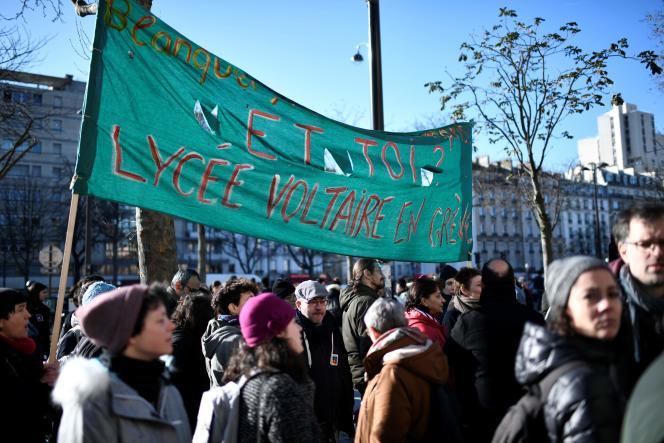 Des professeurs manifestants contre les épreuves communes de contrôle continu du bac, à Paris, le 6 février.