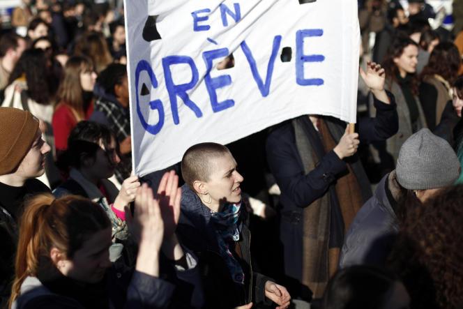 Des manifestants lors de la manifestation interprofessionnelle pour dénoncer la réforme des retraites, à Paris, le jeudi 6 février 2020.