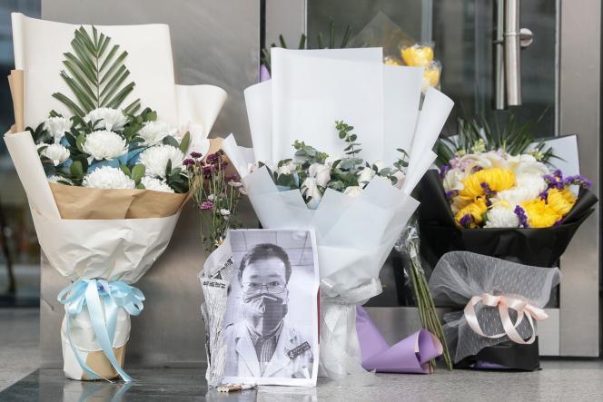 Hommage au docteur Li Wenliang devant l'annexe deHouhude l'hôpital centraldeWuhan , le 7 janvier.