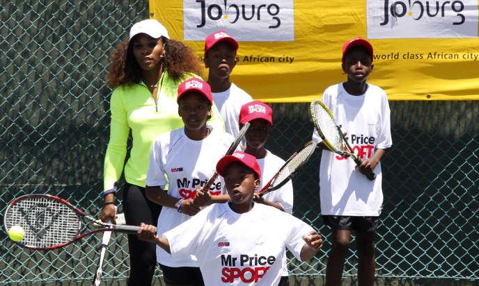 La joueuse de tennis américaine Serena Williams entraîne des élèves du centre Arthur-Ashe de Soweto, en Afrique du Sud, en novembre 2012.