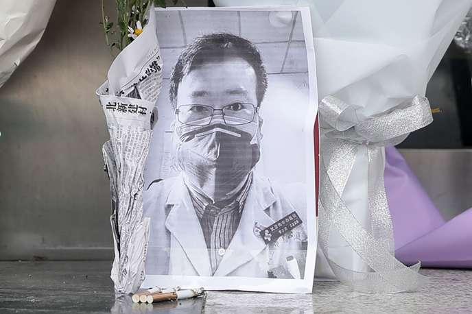 Une photo de Li Wenliang, devant un hôpital de Wuhan, vendredi 7 février 2020.