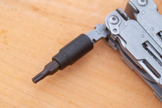 Le SOG a un tournevis porte-embout de 63 mm, qui permet d'utiliser des embouts standard de 25mm.