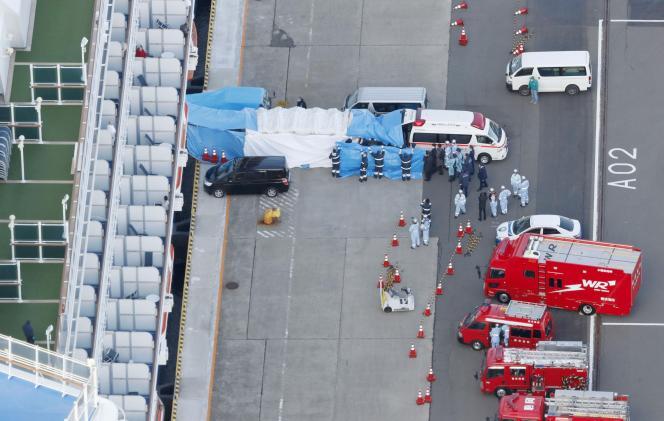 Le personnel médical transfère les passagers du Diamond Princess infectés par le coronavirus, au port de Yokohama au Japon, le 6 février.