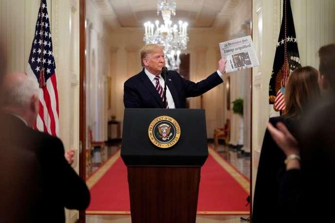 Donald Trump brandit un exemplaire du «Washington Post» titrant sur l'annonce de son acquittement (à la Maison Blanche, le 6 février).