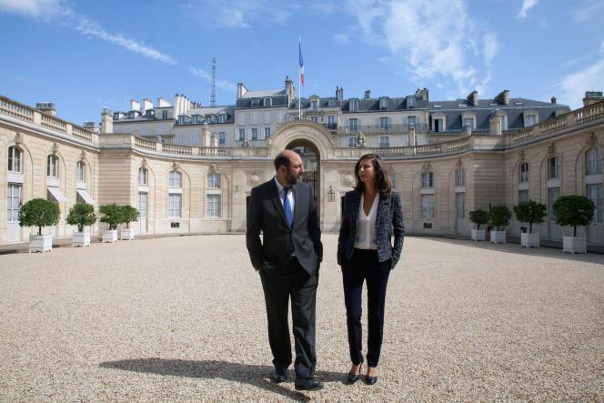 Kad Merad (Philippe Rickwaert) etAnna Mouglalis (Amélie Dorendeu), héros de la série Canal+ « Baron Noir», dans la cour de l'Elysée.